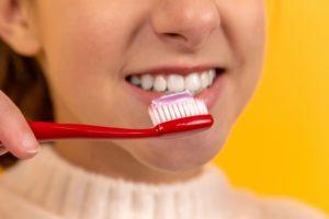 Das Bild zeigt strahlend saubere Zähne. Alle Infos zum Thema Zahnzusatzversicherung Leipzig – Kosten, Test und nützliche Tipps.