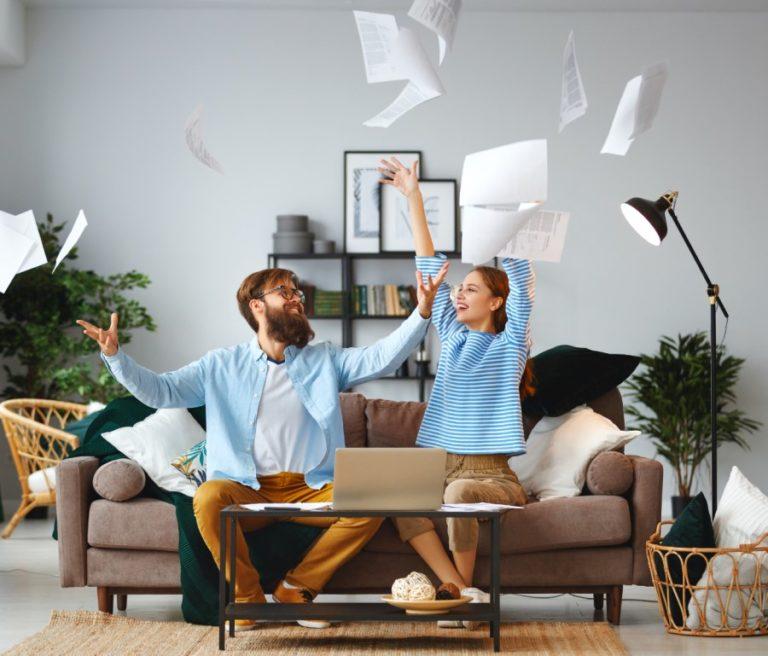 Dieses Bild zeigt ein jubelndes Paar, dass aufgrund einer guten Versicherungsberatung weniger Sorgen hat, es dient der Verdeutlichung des Beitragsthemas 'Versicherungsvermittler in Leipzig'.