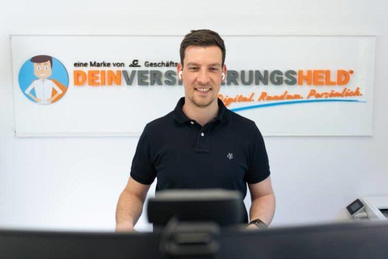 Dieses Bild zeigt deinen Versicherungshelden: Andre Creutz ist als Versicherungsvermittler in Leipzig tätig und bietet aus seinem Versicherungsbüro heraus eine kundenfreundliche Online-Beratung per Video-Call.