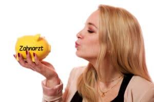 Das Bild zeigt eine attraktive Frau mit Zahnarztsparschwein. Alle Infos zum Thema Zahnzusatzversicherung Leipzig – Kosten, Test und nützliche Tipps.